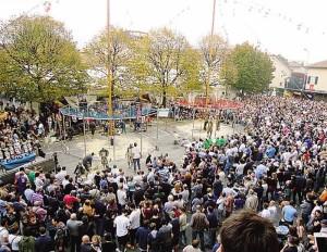 La folla in Piazza Mercato
