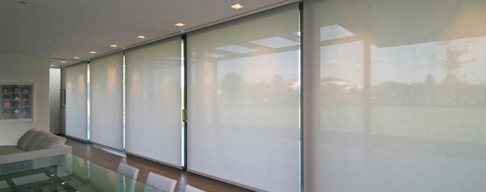 Tende a persiana cheap alle finestre allesterno dello - Stock finestre pvc ...